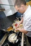 Homem na cozinha fotografia de stock
