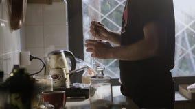 Homem na cozinha que dirige a xícara de café feita fresca vídeos de arquivo