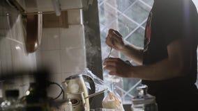 Homem na cozinha que dirige a xícara de café feita fresca filme
