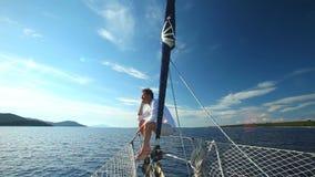 Homem na curva do barco de navigação no mar Mediterrâneo video estoque