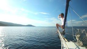 Homem na curva do barco de navigação no mar Mediterrâneo filme