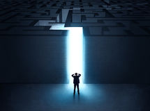 Homem na entrada a um labirinto Fotos de Stock