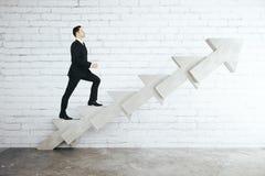 Homem na escada da seta Fotografia de Stock