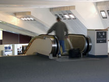 Homem na escada rolante no aeroporto Foto de Stock Royalty Free