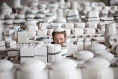 Homem na fábrica da porcelana Fotografia de Stock Royalty Free