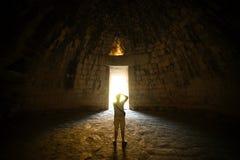 Homem na fotografia de tomada escura da luz fotografia de stock