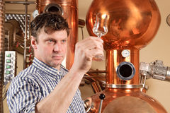 Homem na frente da destilaria Foto de Stock