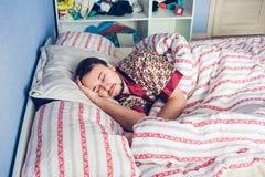 Homem na frente da manhã que desperta Imagens de Stock Royalty Free