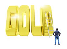 Homem na frente da palavra dourada enorme OURO com uma escada Foto de Stock Royalty Free