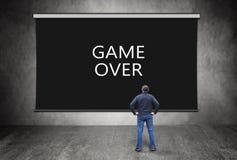 Homem na frente da tela preta com jogo de palavras sobre Fotografia de Stock Royalty Free