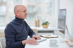 Homem na frente do computador Fotos de Stock Royalty Free