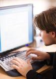 Homem na frente do ecrã de computador Imagem de Stock Royalty Free