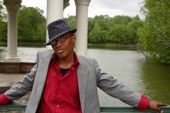 Homem na frente do lago Fotografia de Stock Royalty Free