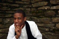 Homem na frente do sorriso da parede Imagens de Stock Royalty Free