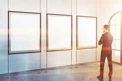 Homem na galeria minimalista branca do cartaz do quadro Fotos de Stock