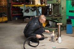 Homem na garagem, com soldadura de gás ardente da chama Imagens de Stock Royalty Free