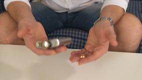 Homem na garrafa do assistente com álcool, no anel de noivado esquerdo pensa, divórcio Close-up vídeos de arquivo