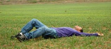Homem na grama Foto de Stock Royalty Free