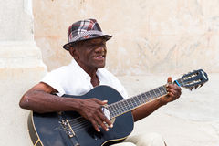 Homem na guitarra Havana Fotos de Stock