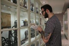 Homem na leitura da loja fotos de stock