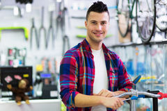 Homem na loja da bicicleta Fotografia de Stock