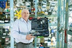 Homem na loja das peças de automóvel Fotografia de Stock