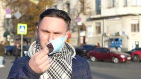 Homem na máscara na cidade poluída coberta com a poluição atmosférica pesada filme
