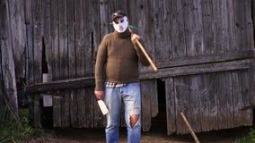 Homem na máscara de Dia das Bruxas com ancinho e faca vídeos de arquivo