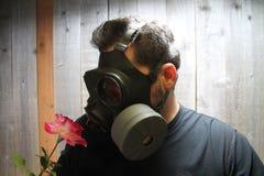 Homem na máscara de gás fotografia de stock