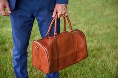Homem na mala de viagem levando do terno Fotografia de Stock