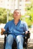 Homem na meditação praticando da cadeira de rodas Fotos de Stock Royalty Free