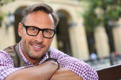 Homem na moda com os monóculos que olham a câmera imagem de stock royalty free