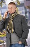 Homem na moda que usa o telefone móvel Foto de Stock Royalty Free