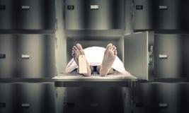Homem na morgue fotos de stock
