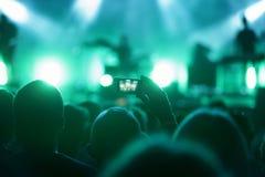 Homem na multidão com concerto de gravação esperto do telefone Fotos de Stock Royalty Free