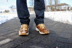 Homem na neve, com botas do inverno imagem de stock