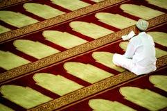 Homem na oração foto de stock