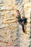 Homem na parede da rocha Fotografia de Stock Royalty Free