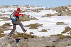 Homem na parte superior da na caminhada da montanha foto de stock royalty free