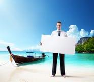 Homem na praia com placa vazia à disposição Fotos de Stock