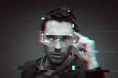 Homem na realidade virtual ou vidros 3d com pulso aleatório fotos de stock