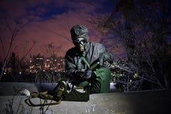 Homem na roupa química protetora e na máscara de gás isolada com dispositivo de detecção químico na zona da contaminação química imagens de stock royalty free