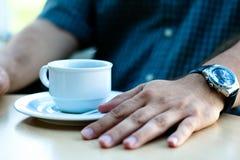 Homem na ruptura de café Fotos de Stock