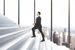 Homem na sala com escadas Fotos de Stock Royalty Free