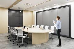 Homem na sala de conferências Foto de Stock Royalty Free