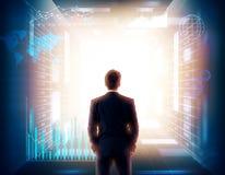 Homem na sala de incandescência com parte traseira do holograma Foto de Stock Royalty Free
