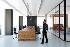 Homem na sala de reunião Fotografia de Stock Royalty Free