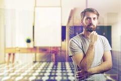 Homem na sala de visitas borrada com a caixa de gavetas Foto de Stock