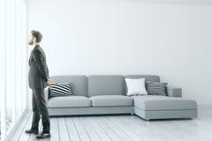Homem na sala de visitas moderna Imagens de Stock Royalty Free