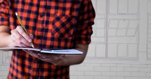 Homem na seção meados de da camisa da verificação contra a mão roxa e cinzenta janelas tiradas Imagens de Stock